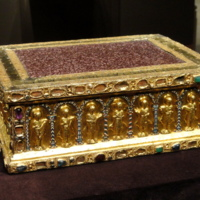 Portable_Altar_of_Countess_Gertrude,_shortly_after_1038,_from_the_Guelph_Treasure,_German,_Lower_Saxony,_gold,_enamel,_porphyry,_gems,_pearls,_niello_-_Cleveland_Museum_of_Art_-_DSC08528.JPG